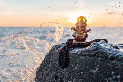 Ganesh雕象和Rudraksha 免版税库存图片
