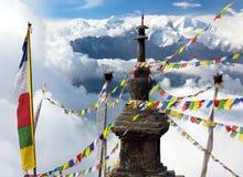 Ganesh Himal com as bandeiras do stupa e da oração Imagem de Stock Royalty Free