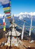 Ganesh Himal com as bandeiras do stupa e da oração Fotografia de Stock Royalty Free
