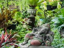Ganesh Sitting en el jardín Imagen de archivo