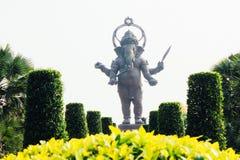 Ganesh ställning och blomma arkivfoto