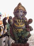 Ganesh Statue Standing med vänlighet Arkivbilder