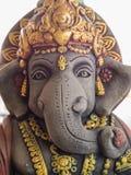 Ganesh Statue Standing med vänlighet Royaltyfria Bilder