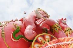 ganesha桃红色雕象 免版税库存图片