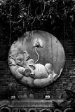 Ganesha的被雕刻的水泥在砖墙上的 黑色白色 免版税库存照片