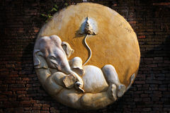 Ganesha的被雕刻的水泥在砖墙上的 库存图片