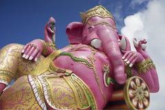 Ganesha, индусский бог и бог успеха, статуя Ganesha против голубого неба и облака в предпосылке Стоковые Фотографии RF