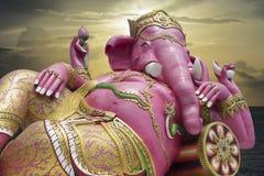 Ganesha, индусский бог и бог успеха, статуя Ganesha против момента захода солнца в предпосылке Стоковое Фото