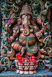 Ganesha с красными цветками гибискуса на индусском виске на Кауаи Стоковые Фото