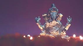 Ganesha con la lámpara de aceite iluminada, tiempo del señor del festival metrajes