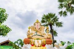 Ganesha, dios hindú con los árboles del plam Imágenes de archivo libres de regalías