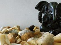 Ganesha-Figürchen auf glatten Felsen stockfotografie