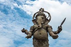 Ganesha, hindischer Gott und der Gott des Erfolgs, des blauen Himmels Ganesha und des Cl Stockfotos
