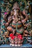 Ganesha met Rode Hibiscusbloemen bij de Hindoese Tempel op Kauai Stock Foto's