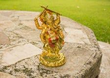 Ganesha op een lijst in de tuin Stock Foto