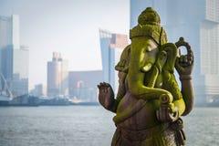 Ganesha på en bakgrund av modern arkitektur arkivfoto