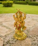 Ganesha på en tabell i trädgården Royaltyfri Foto