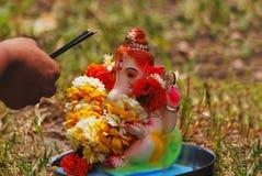 Ganesha-puja vor seiner Immersion innerhalb des Wassers Pune, Indien stockbilder