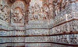 Ganesha Shiva, Vishnu lords på lättnad av den stora indiska templet Arkitektur av forntida tempel med sned väggar Arkivbild