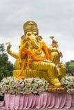 Ganesha staty i sammanträdehandling med många garnering Arkivbild