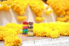 Ganeshdienstenaanbod Goudsbloembloemen en 7 kleuren van rijst en ty 7 stock fotografie