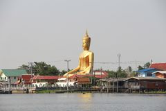 """Ganesh""""Phra Puttha Mongkol Chai†是一个大菩萨雕象在Wat轰隆Jak,朴Kret在武里喃府市寺庙的Nonthaburi a,泰国 库存照片"""