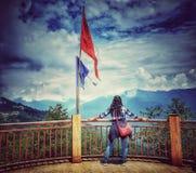 Ganeshtok, Sikkim, India, settembre 2018 Un turista non identificato che gode della vista al punto di vista di Ganeshtok nel Sikk fotografia stock libera da diritti