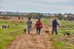 Ganey Aviv - 2016年12月02日:与狗的三个朋友步行在t 免版税库存照片