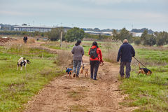 Ganey Aviv - 2016年12月02日:与狗的三个朋友步行在t 库存图片