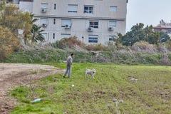 Ganey Aviv - 02 2016 Grudzień: Mężczyzna chodzi z psy w fi Obrazy Royalty Free
