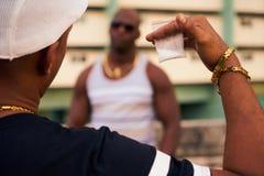 Gangów członkowie Spotyka Dla Sprzedawać narkotyki i Kupować leki I zdjęcia stock
