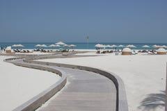 Gang aan idyllisch strand met zuiver wit zand Stock Fotografie