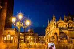 Gang bij nacht op de straten van Venetië stock foto