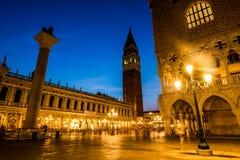 Gang bij nacht op de straten van Venetië stock foto's