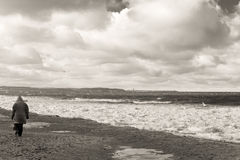 Gang in de winteronweer op het strand. Stock Afbeeldingen