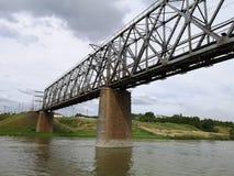 Gang in de zomer op een boot op de rivier onder de brug stock fotografie
