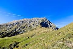 Gang die een vallei in Alpes kruisen stock afbeelding