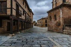 Gang door de middeleeuwse stad Steen, ijzer en hout royalty-vrije stock fotografie