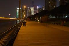 Gang door de rivier in Shanghai, met wolkenkrabbers. Royalty-vrije Stock Foto's