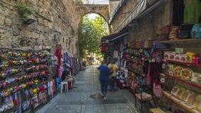 Gang door de toeristenmarkt met brede waaier van zonnebril, magneten, Arabische lampen en andere herinneringen timelapse stock videobeelden