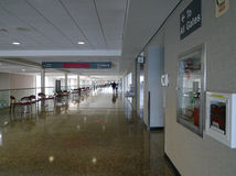 Gang en signage van de Tulsa de Internationale Luchthaven aan poorten Stock Foto
