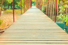 Gang houten brug in natuurlijk mangrove bosmilieu bij Chanthaburi-reis Thailand Royalty-vrije Stock Foto