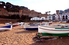 Gang langs het strand van Tossa de Mar, Girona stock foto