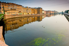 Gang langs Neva-rivier in St. Petersburg stock foto's