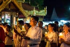 Gang met aangestoken kaarsen ter beschikking rond een tempel Stock Afbeelding