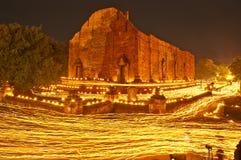 Gang met aangestoken kaarsen ter beschikking rond tempel Stock Afbeeldingen