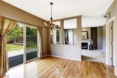 Gang met hardhoutvloer met woonkamer wordt verbonden die Royalty-vrije Stock Afbeelding
