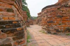 Gang onder oude ruïnes, bij Wat Mahathat-tempel, Ayutthaya Stock Afbeeldingen