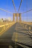 Gang op de Brug van Brooklyn op manier de Stad aan van Manhattan, New York, NY Royalty-vrije Stock Foto