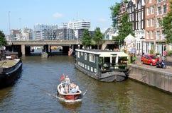 Gang op de kanalen in Amsterdam Stock Foto's